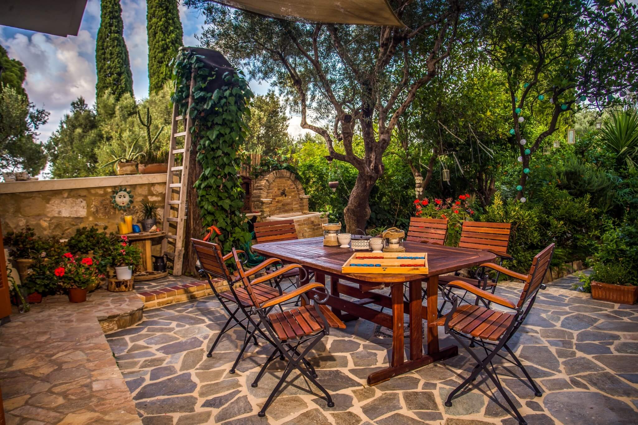Private outdoor dining lounge area
